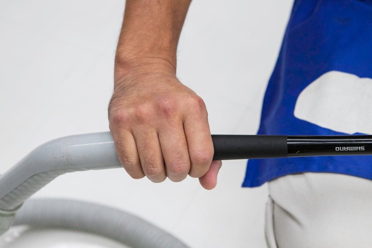 ノズルとサオ尻の間に隙間ができないように手のひらで包む
