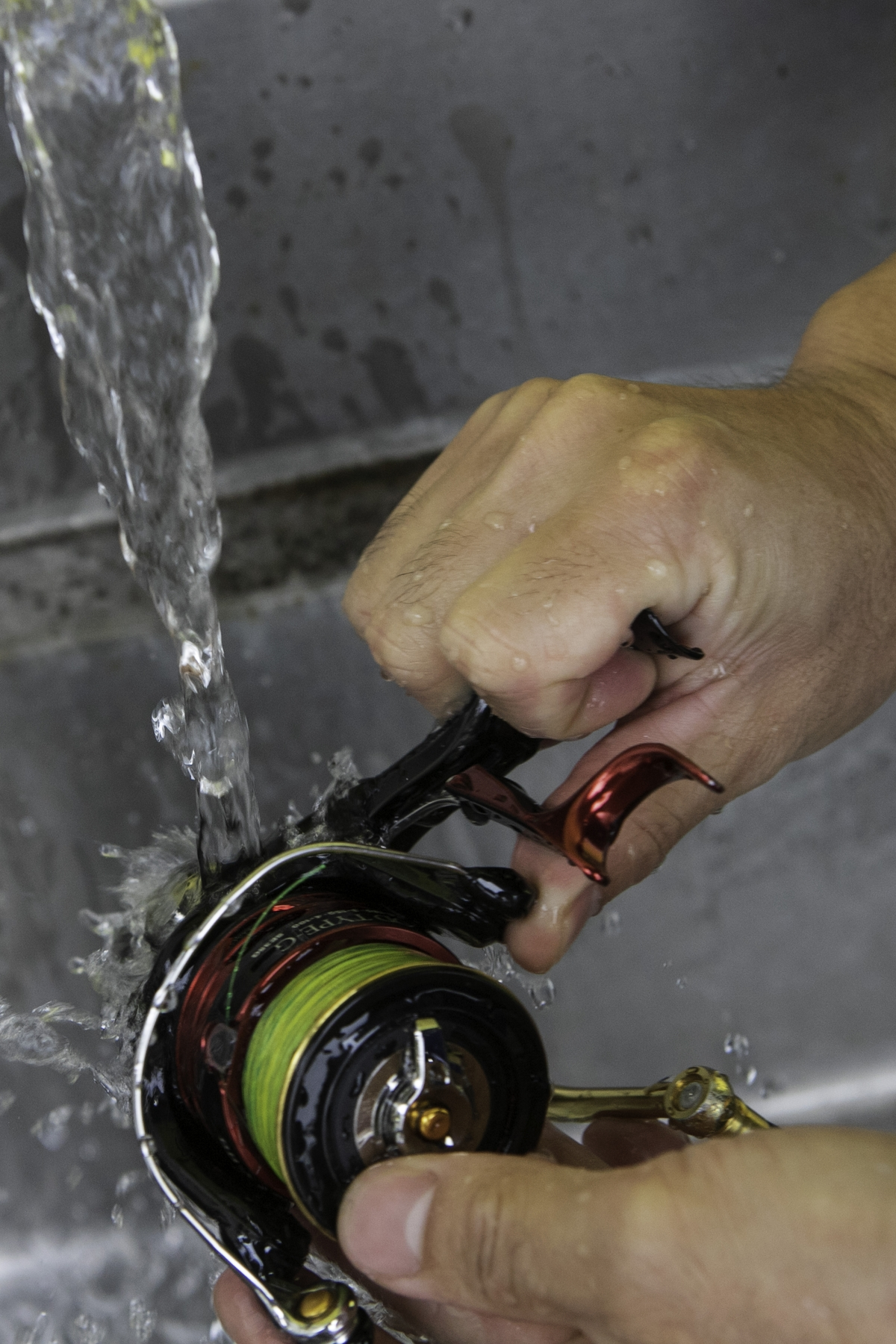 流水をかける。サオと違ってリールにお湯をかけるのはNG